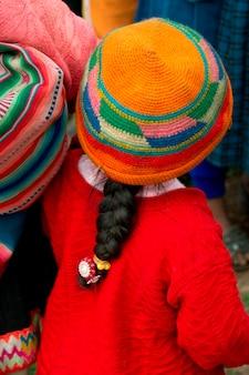 Fille dans la cour de l'école primaire de chumpepoke, vallée sacrée, région de cuzco, pérou
