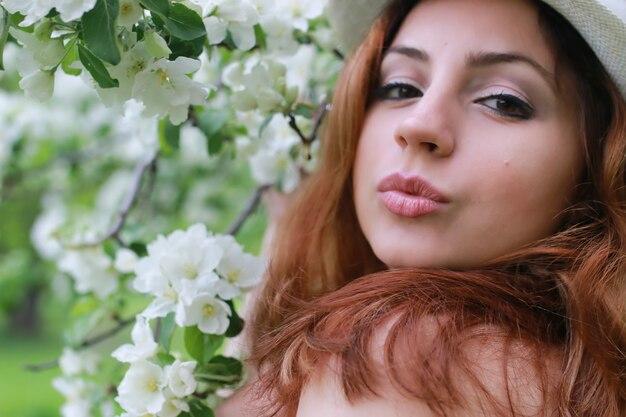 Fille dans la fleur de jardin de pomme