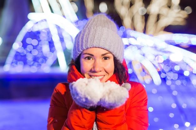 Fille dans un flocon de neige de la ville de nuit lumières de la ville de noël concept de vacances de noël et d'hiver