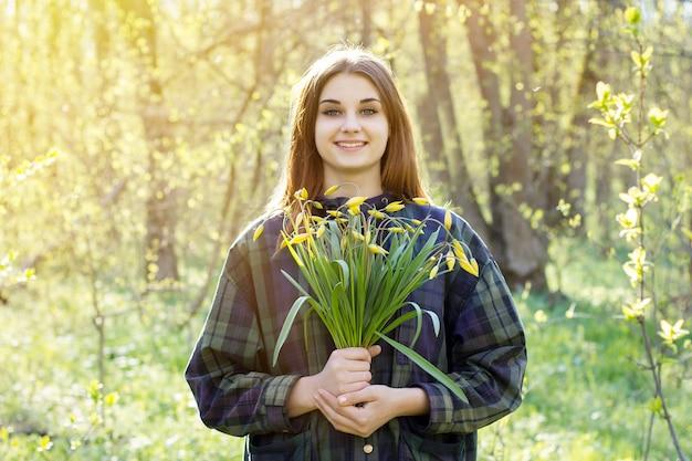 Fille dans la forêt de printemps