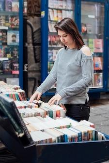 Fille dans la librairie