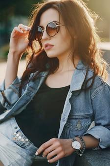 Fille dans des lunettes de soleil