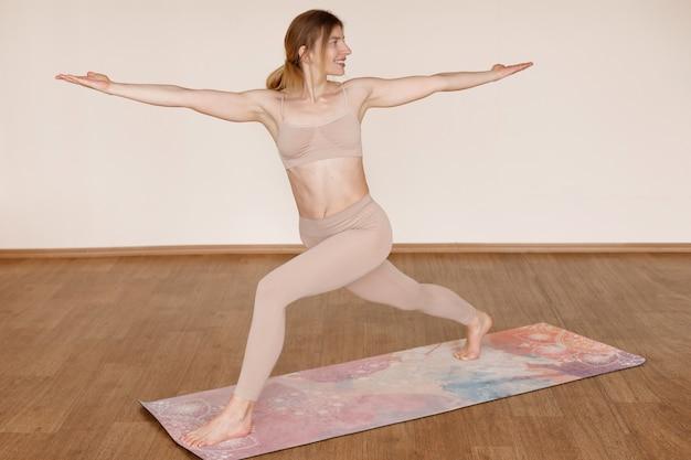 Fille dans la maison de yoga asana