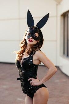 Une fille dans un masque avec de longues oreilles