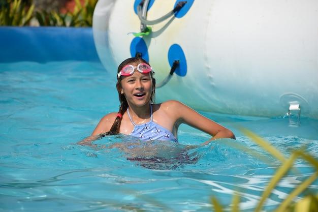 Fille dans le parc aquatique. s'amuser sur l'eau.