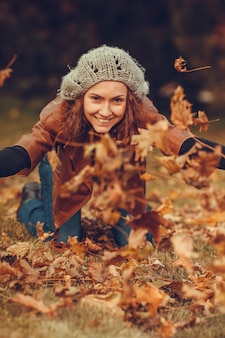 Fille dans le parc automne