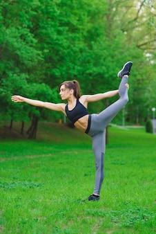 Fille dans le parc faisant des exercices