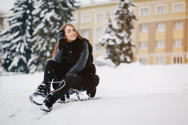 Fille dans un parc d'hiver