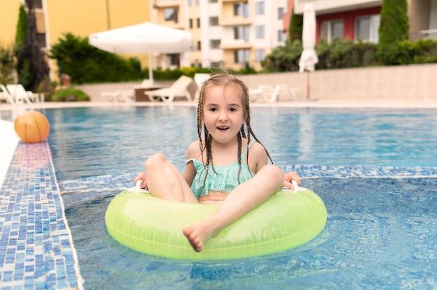 Fille dans la piscine flotteur