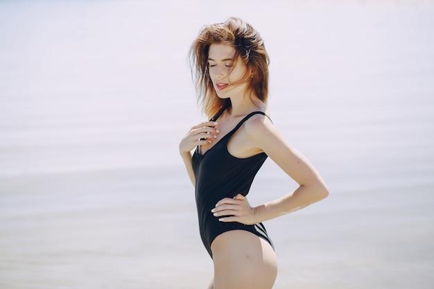 Fille dans une plage
