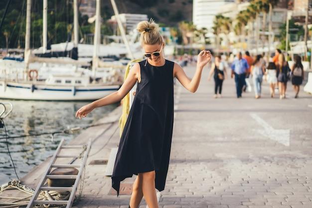 La fille dans le port