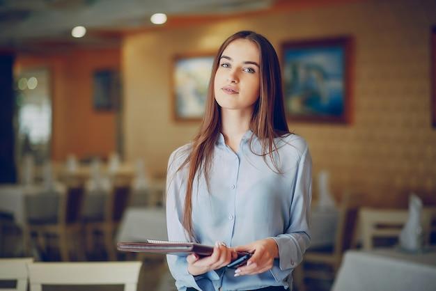 Fille dans un restaurant