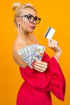 Fille dans une robe rouge avec une pile d'argent et une carte