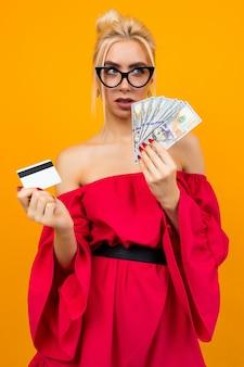 Fille dans une robe rouge avec une victoire d'argent et une carte de méditation avec une mise en page