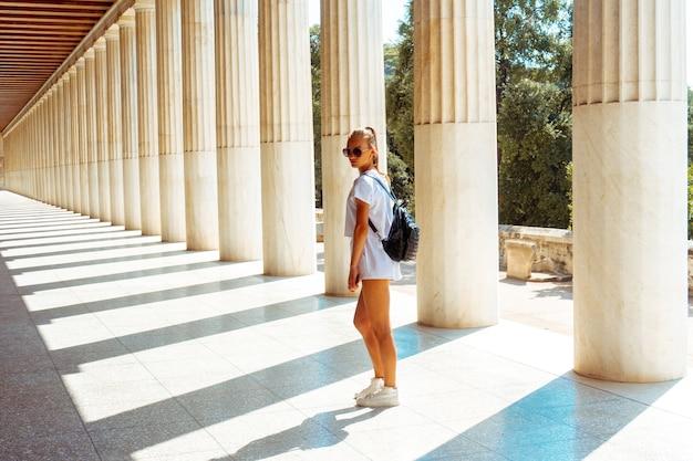 Fille dans les ruines grecques antiques