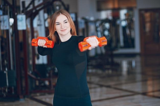 Fille dans une salle de gym