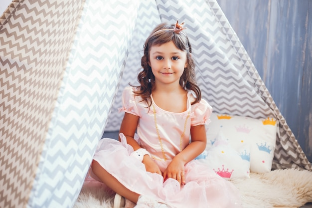 Une fille dans un studio photo