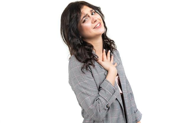 Une fille dans une veste grise à carreaux classique s'excuse pour la gêne occasionnée
