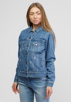 Fille Dans Une Veste En Jean Et Un Pantalon En Jean Bleu Sur Fond Blanc. Photo Premium