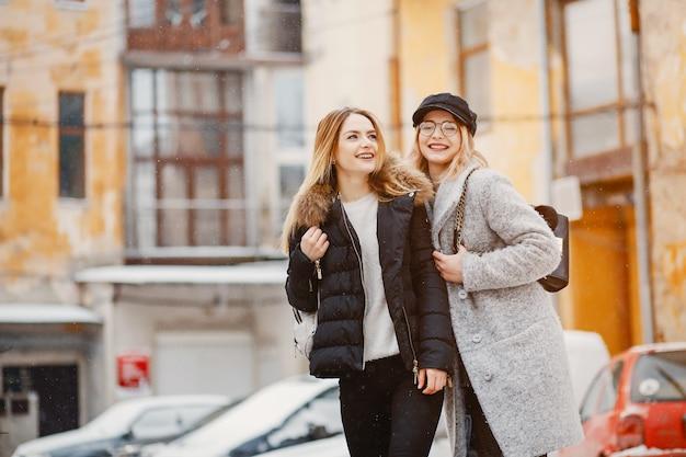 Fille dans une ville d'hiver