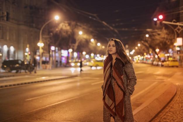 Fille dans la ville la nuit