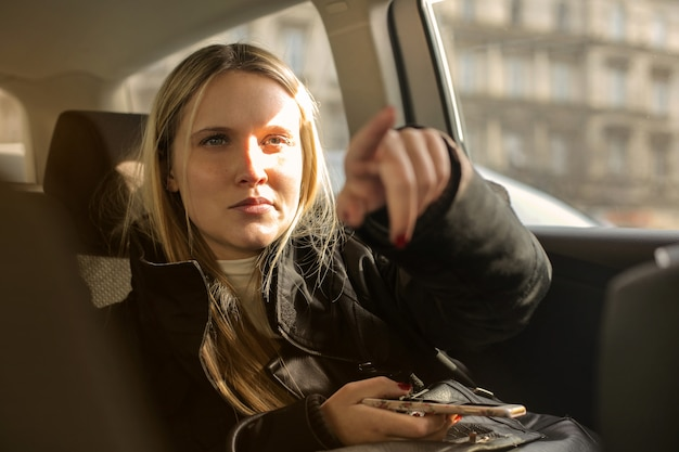 Fille dans une voiture indiquant la direction