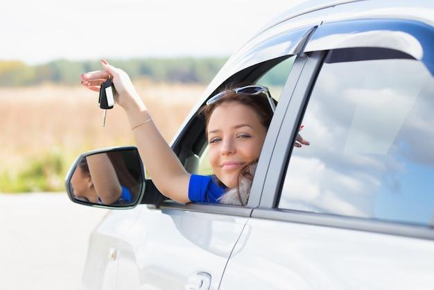 Fille dans une voiture tenant les clés en main