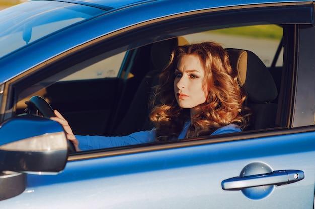 Fille dans une voiture