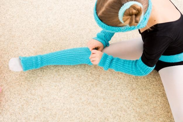 Fille danseuse ajuste les vêtements pendant la formation en cours de danse