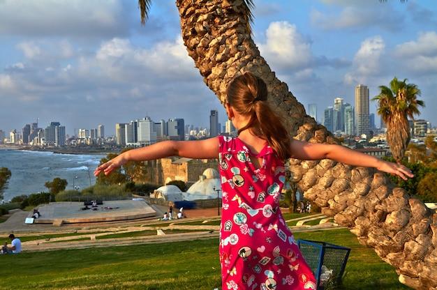 Une fille debout dans le contexte de l'été de la ville de tel aviv en juillet 2018