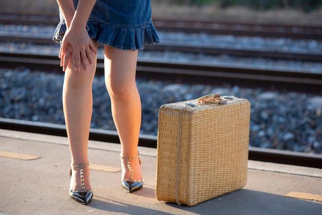 Fille debout douleur au genou à cause de l'autobus de longue date