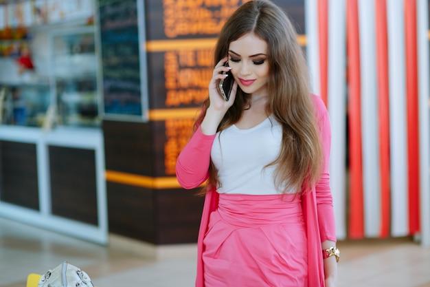 Fille debout en parlant au téléphone