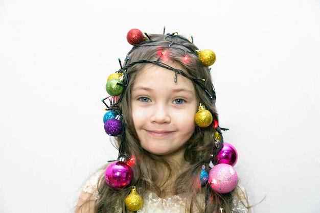 Fille avec des décorations de noël dans les cheveux.