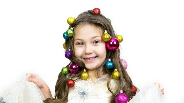 Fille avec des décorations de noël sur la tête.