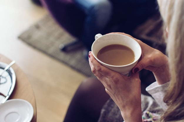 Fille dégustant du café au lait