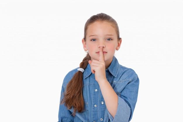 Fille demandant le silence
