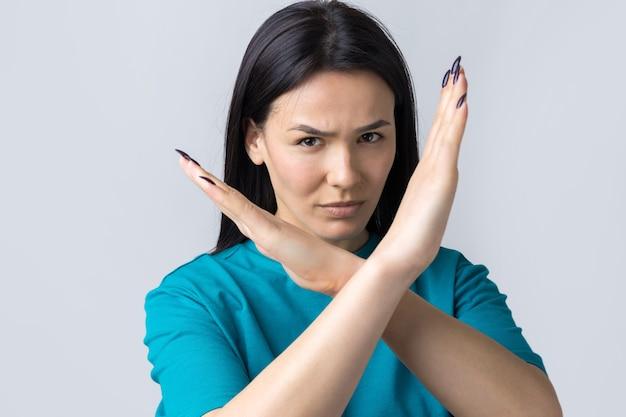 Fille désapprouvant sans signe de mains croisées faire un geste de négation portrait de jolie femme