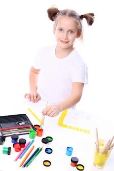 Fille dessin au pinceau et peinture