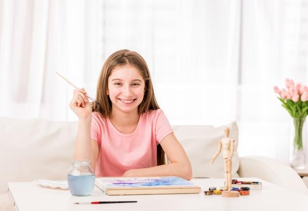 Fille dessin de figure avec de la peinture