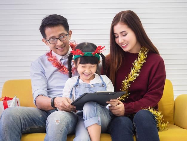 Fille dessine père et mère, concept de famille