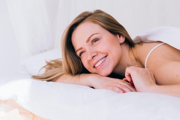 Fille détendue dans le lit