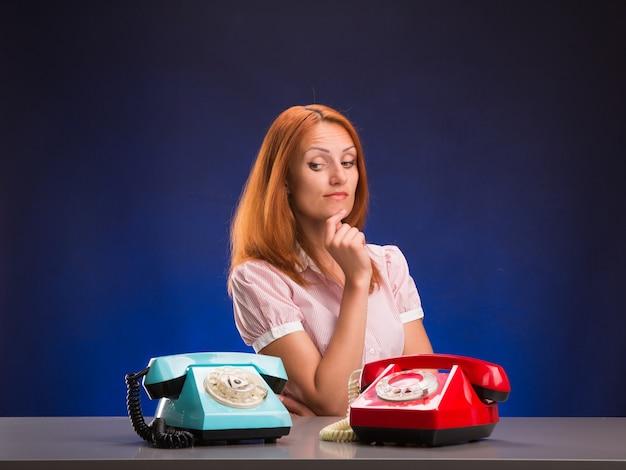 Fille et deux téléphones