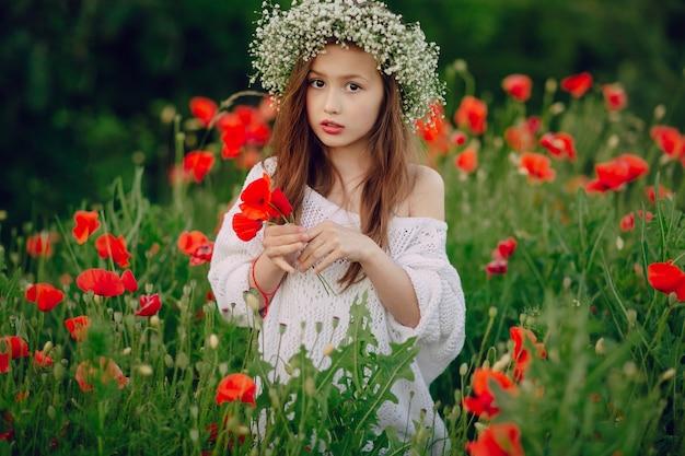 Fille avec un diadème de fleurs