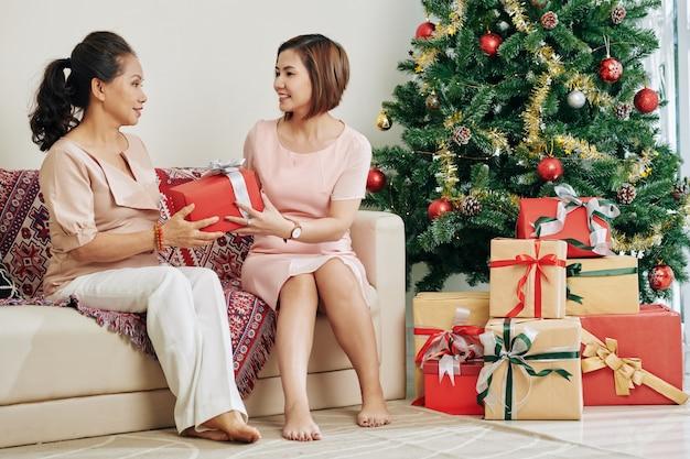 Fille donnant un cadeau à la mère