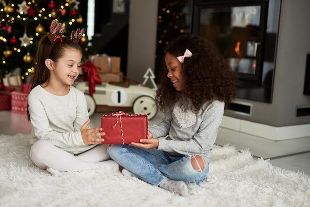 Fille donnant un cadeau de noël