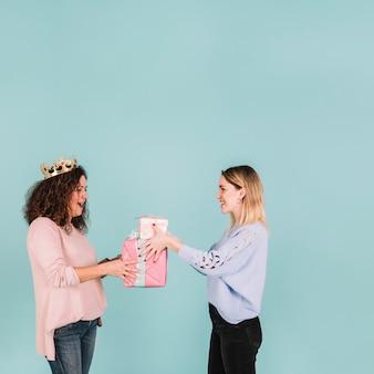 Fille donnant des cadeaux à la mère en couronne