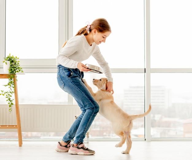 Fille donnant de la nourriture au chien