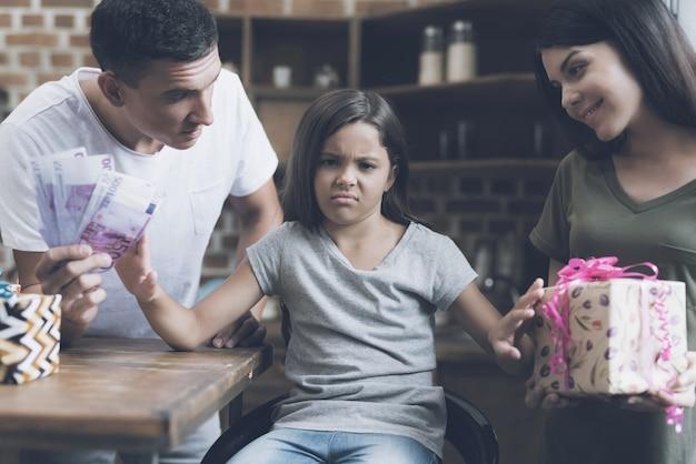 La fille donne des cadeaux et elle refuse l'offensé.