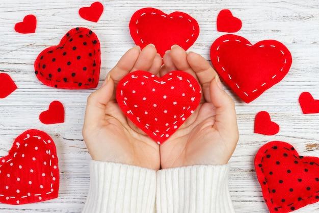 Fille donne coeur le jour de la saint valentin