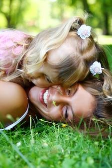 Fille douce et belle avec maman